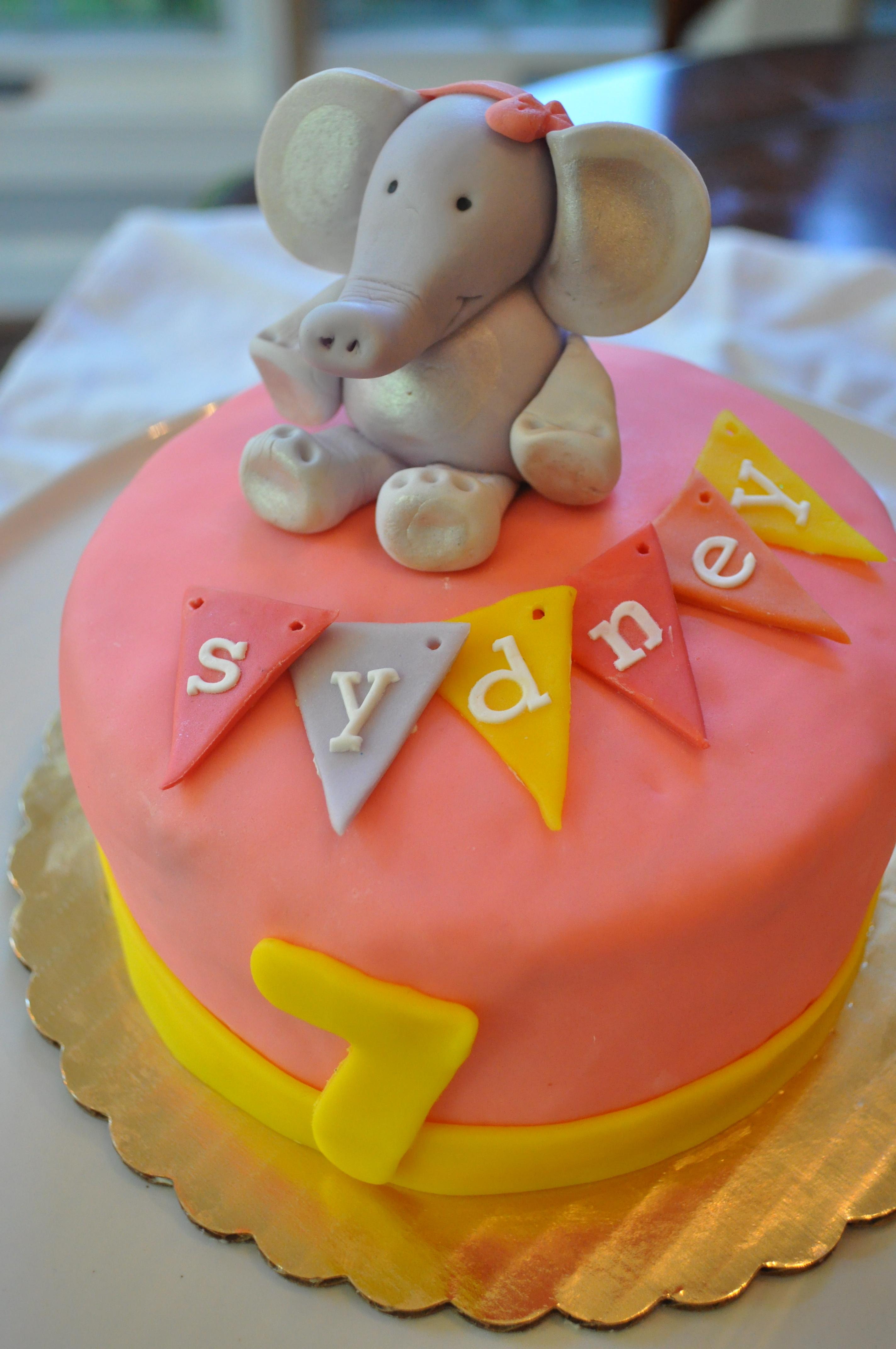 Images Of Elephant Cake : Tutorial: How to make a fondant elephant